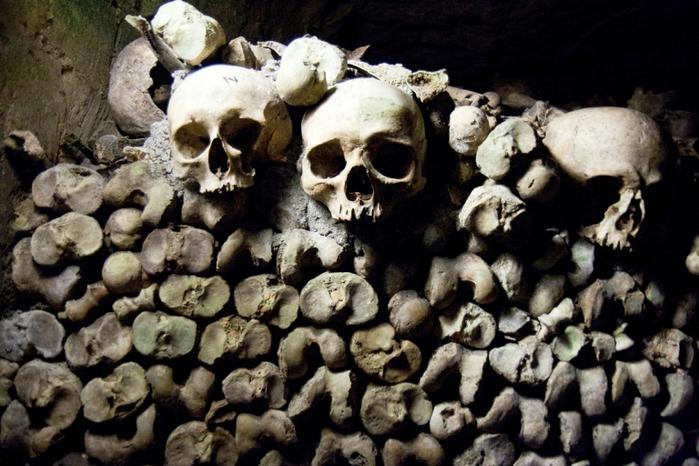 katakomby-parizha-kladbische-pod-nogami-10-foto_9 (700x466, 382Kb)