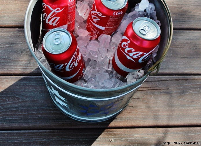 ice-cold-soda-coca-cola-cans-in-galvanized-bucket-tub-beverage-serving-cooler-July-4th-decor-picnic-party-Knick-of-Time (1) (695x504, 257Kb)