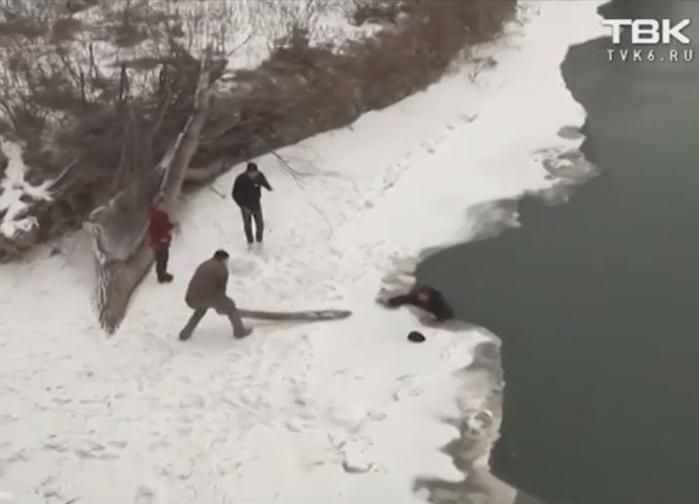 Лабинский морж. Молодожены на Кубани спасли мужчину из полыньи. Видео