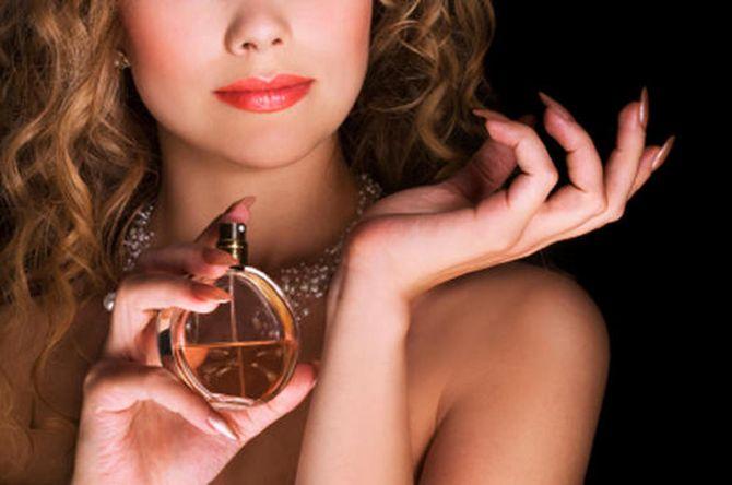 Как закрепить аромат духов на весь день? Есть очень простой трюк!