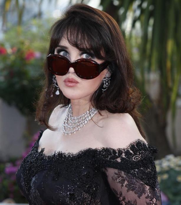 Необычная Изабель Аджани: фото актрисы на закрытии Каннского фестиваля