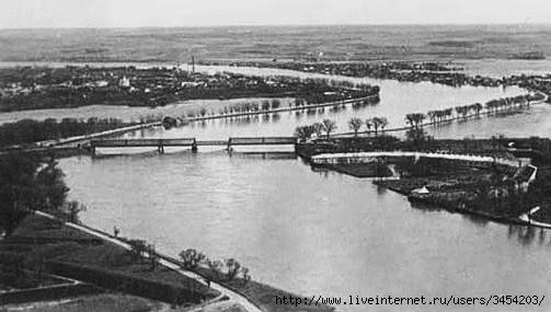 Рис.2.1.1.4 Вид с севера. Разлив реки. Слева крепость, справа затопленный плац (503x285, 88Kb)