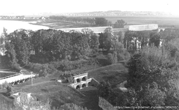 Рис.2.1.1.6 Вид с северо-востока. За мостом справа плац и офицерские дома (700x432, 183Kb)