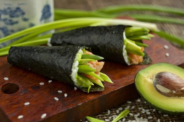 Temaki-sushi-s-avokado-i-foreliu-03-640x426 (640x426, 61Kb)