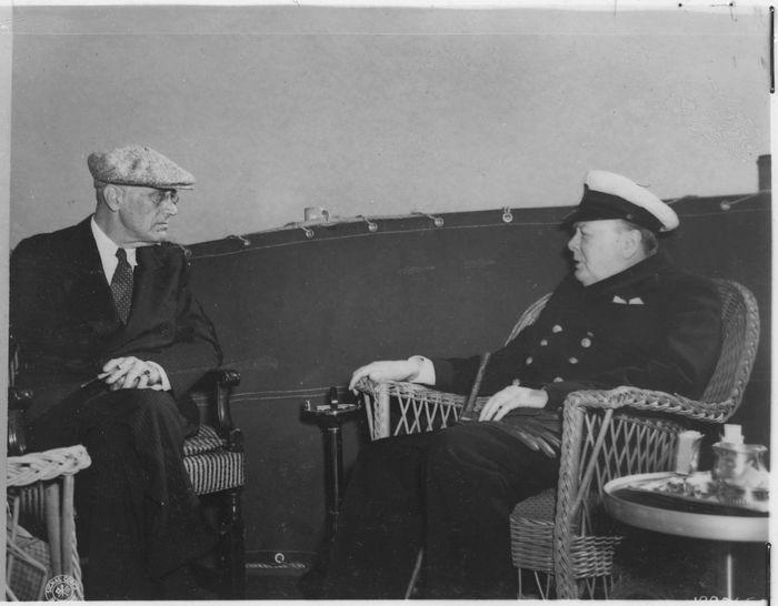 Franklin_D._Roosevelt_and_Churchill_in_Malta_-_NARA_-_196998 (700x546, 41Kb)