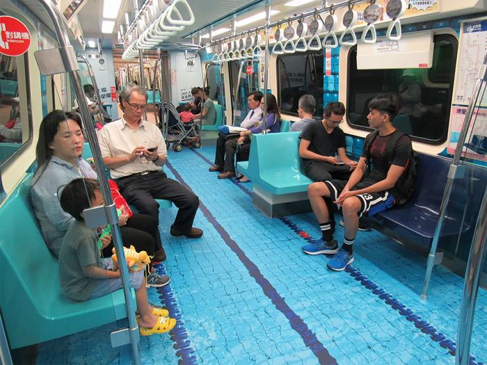В столице Тайваня вагоны общественного транспорта выглядят как спортивные площадки