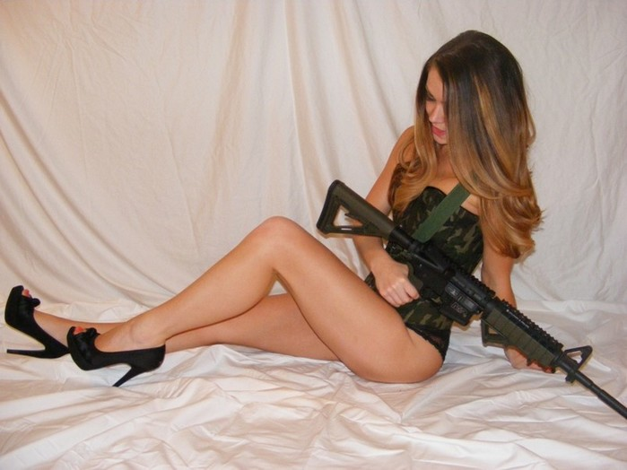 Оружие в руках блондинки