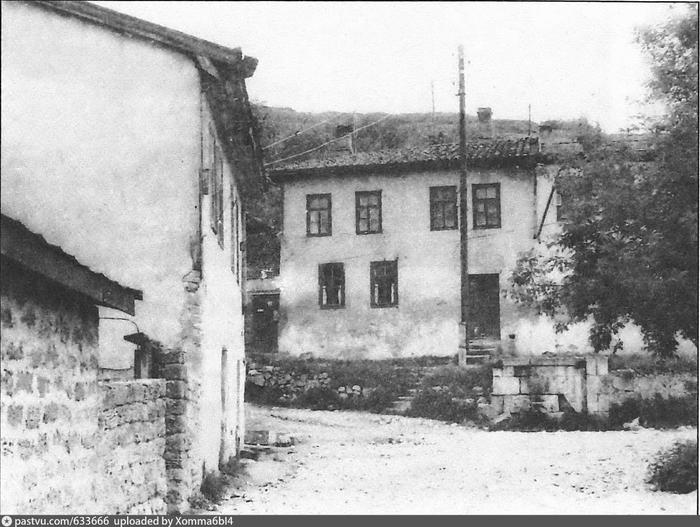 Бахчисарай. Фонтан Чибишин чешмеси. На заднем плане дом устроителя фонтана 1970 - 1980 (700x527, 248Kb)