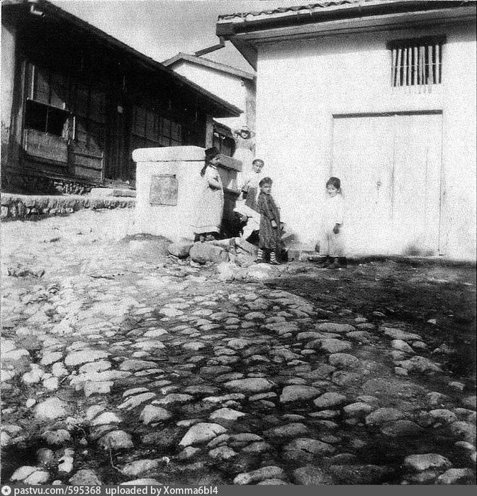 Бахчисарай. Дети у фонтана рядом с бакалейной лавкой Дегерменджи (673x700, 363Kb)