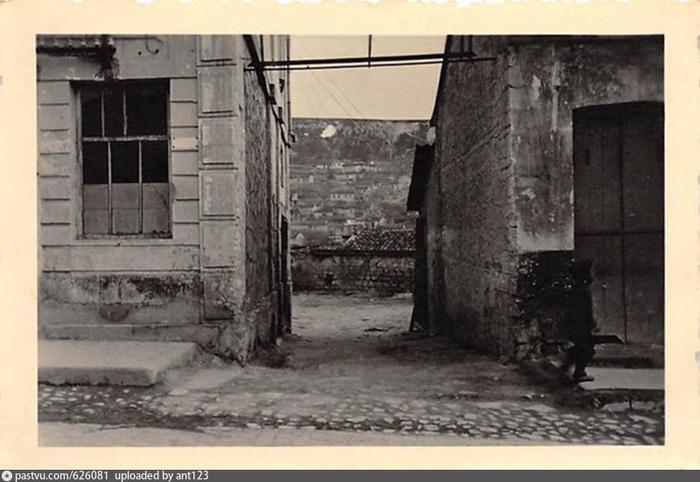 Переулок в Бахчисарае  Gasse in Bachtschyssaraj. 1941 - 1945 (700x482, 288Kb)