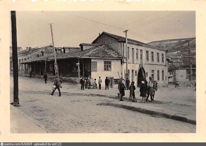 Комендатурная улица в Бахчисарае  Kommandantur Strasse in Bachtschyssaraj. 1941- 1944 (700x495, 313Kb)