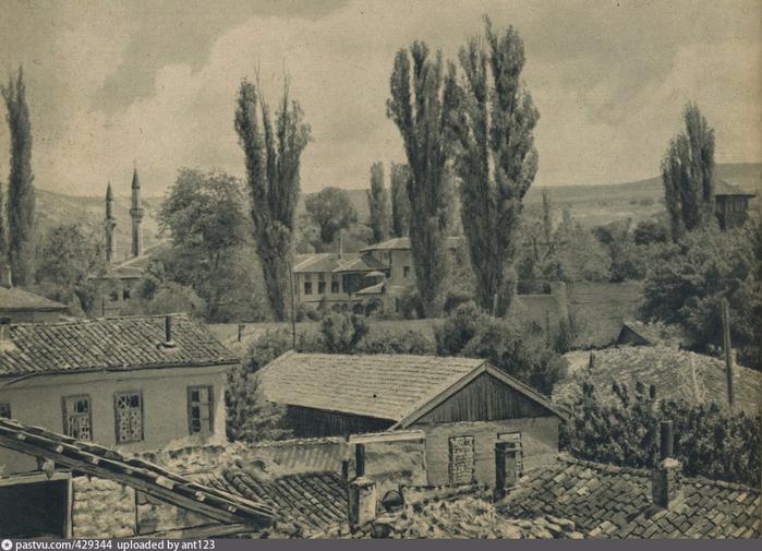 Вид на ханский дворец. 1942 (700x505, 395Kb)