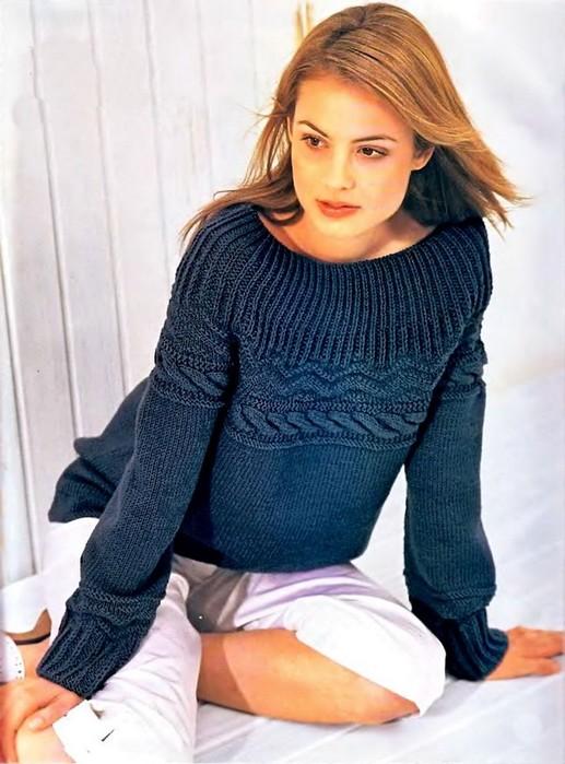 Темно-синий пуловер с круглой кокеткой