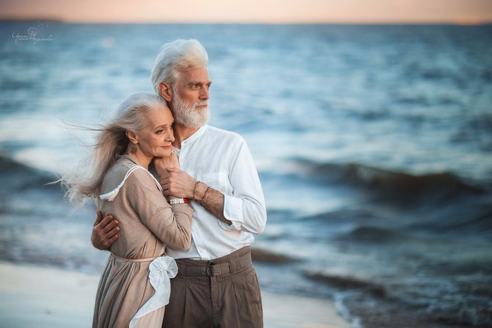 Russian-photographer-makes-wonderful-photos-with-an-elderly-couple-showing-that-love-transcends-time-5971bbf7bb530__880 (700x466, 250Kb)