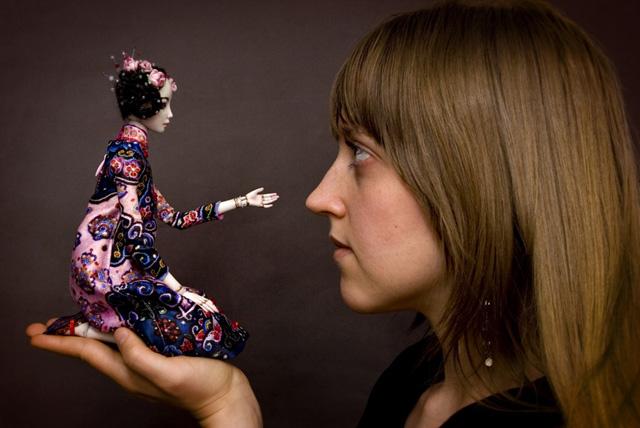 Взрослые девочки тоже играют в куклы...