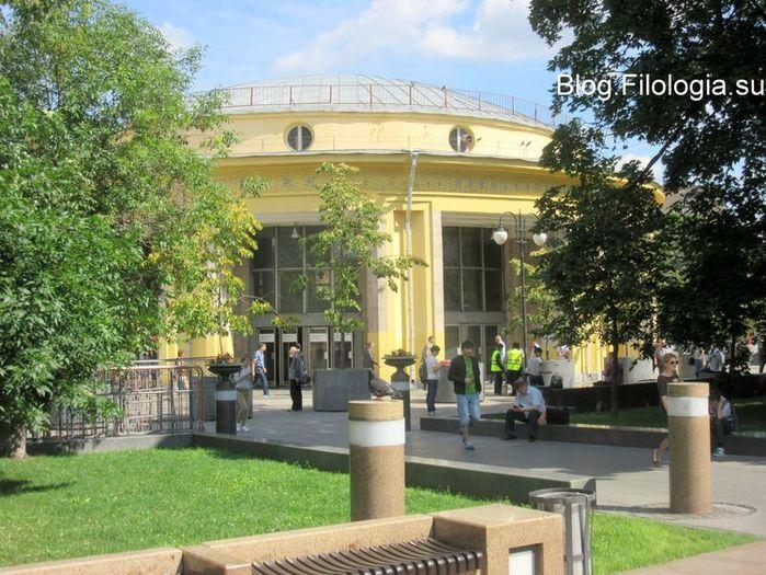 Павильон станции метро Новокузнецкая летом