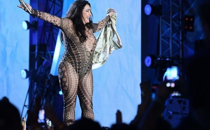 Как Лолита сорвала с себя одежду на сцене (фото)