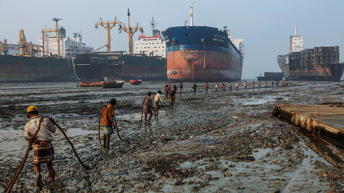 свалка больших кораблей Читтагонг Бангладеш 2 (700x393, 370Kb)