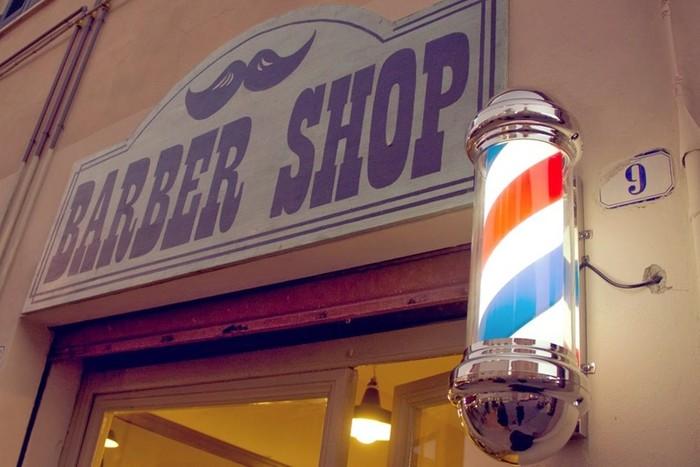 Почему у дверей парикмахерских стоит красно белый знак?