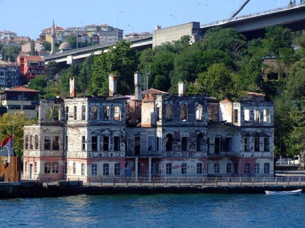 1. Заброшенный особняк на береговой линии в Стамбуле, Турция (620x465, 311Kb)