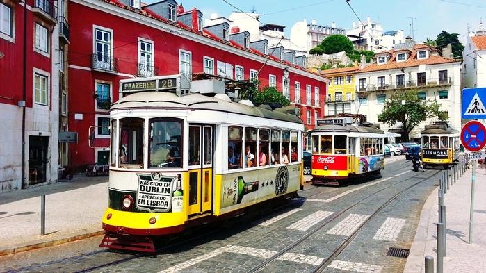 Tranv?as_en_Alfama_Lisboa_(14790879138) (700x393, 254Kb)