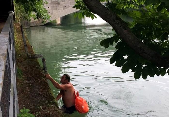 Немец из Мюнхена каждый день вплавь добирается на работу