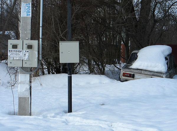 Электрощиты учета с креплением к столбу или на трубостойке от Компании ОптТоргЩит ставятся на улице, а распределительные внутри домов
