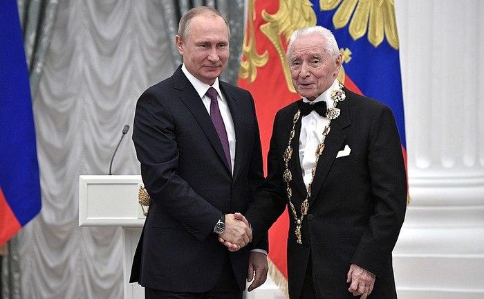 900px-Vladimir_Putin_at_award_ceremonies_(2017-05-24)_04 (700x432, 58Kb)