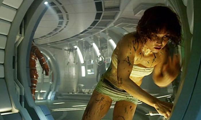 В космосе существа нападают на астронавтов, присасываются…