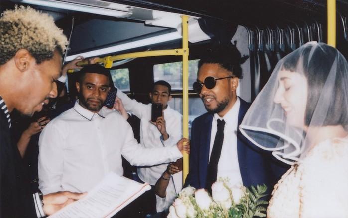 Американцы сыграли свадьбу в нью-йоркском автобусе