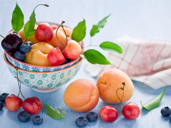 Still-life-fruit-apricots-cherries-blueberry-berries-leaves_1024x768 (700x525, 348Kb)