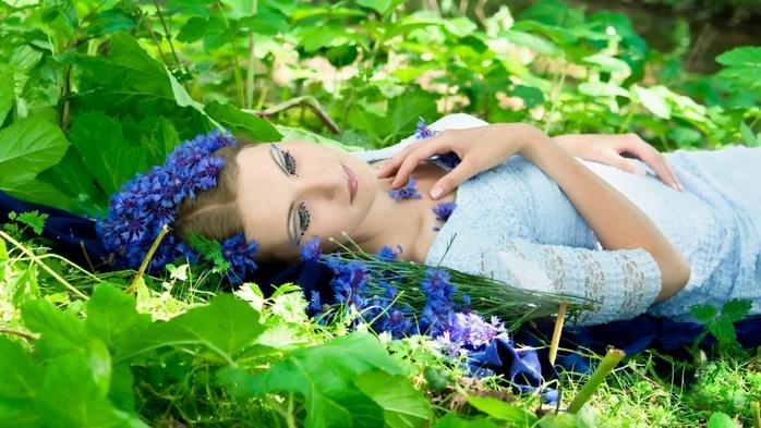 Любви! Удачи! Счастья!/5402287_beautifulwomanlayinginthegrasswidewallpaper19354 (700x393, 254Kb)