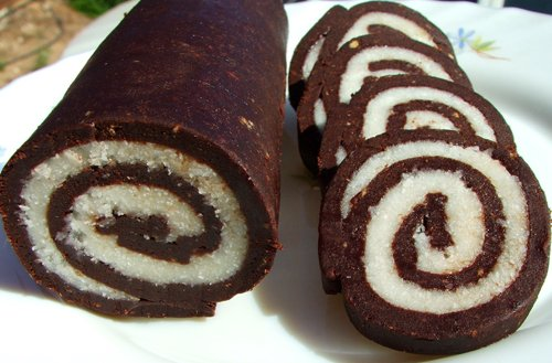 Шоколадный рулет с воздушной начинкой из творога и кокоса