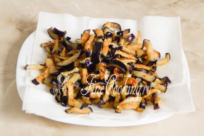 Готовые жареные баклажаны перекладываем на тарелку, застеленную салфетками, чтобы в них впиталось лишнее масло/5177462_salatsbaklazhanamiyaicomimarinovannymlukom59bccd948de38 (400x267, 41Kb)