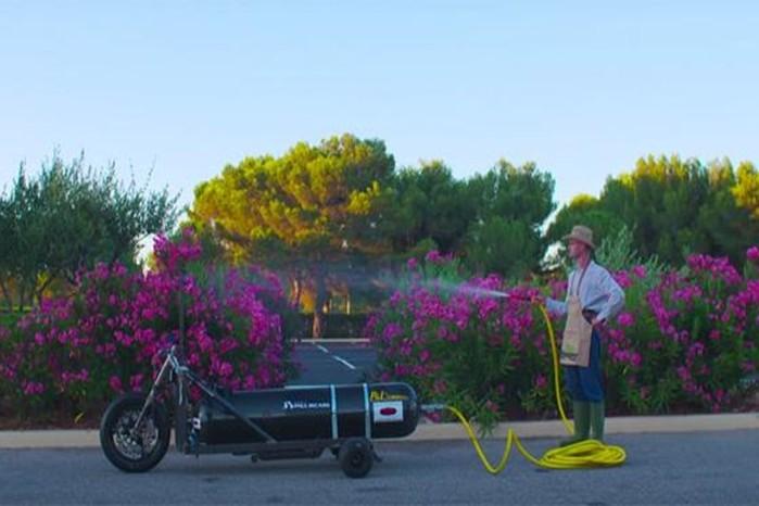 Водный трицикл разогнался до 100 км/час за полсекунды