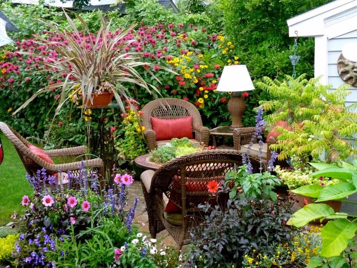 Красивое уютное место в саду000 (700x525, 569Kb)