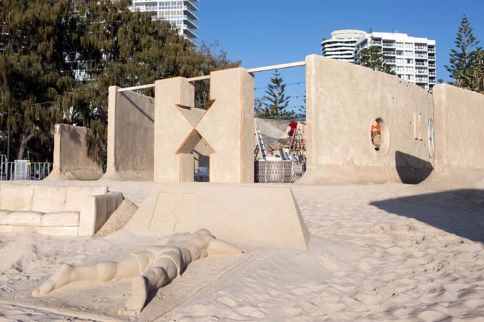 отель из песка на австралийском пляже 2 (700x466, 336Kb)