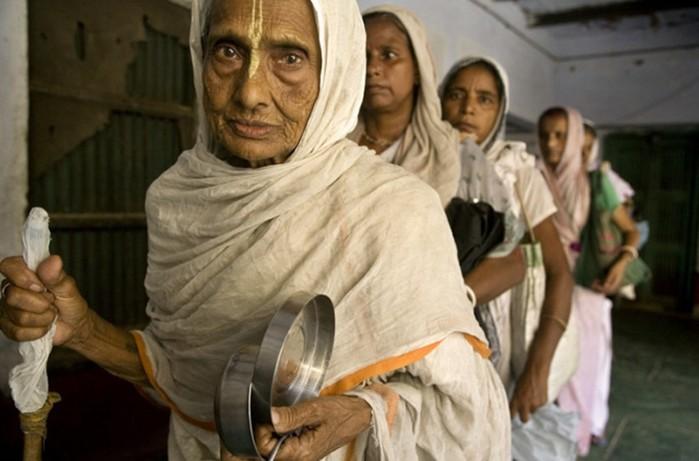 Скорбная участь «белых вдов» Индии, или Почему женщины так берегут своих мужей