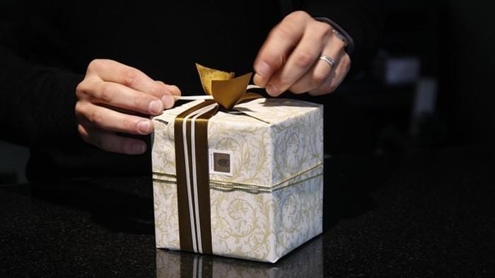 Кто он   даритель дорогих подарков?