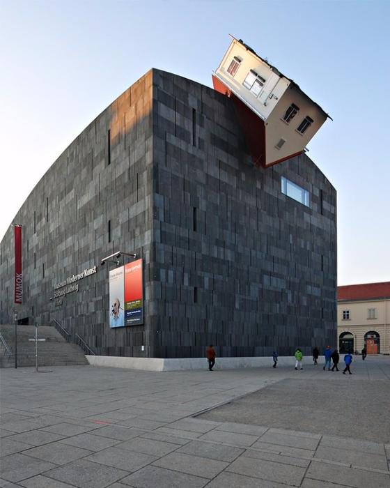 14. Инсталляция «Дом атакует» от Эрвина Вурма, Вена, Австрия (560x700, 316Kb)