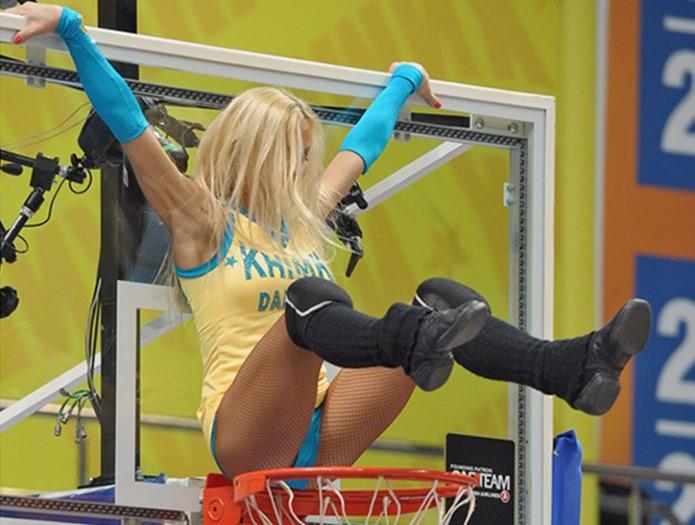 Зачем полуголые девушки поддерживают спортсменов и сколько они зарабатывают