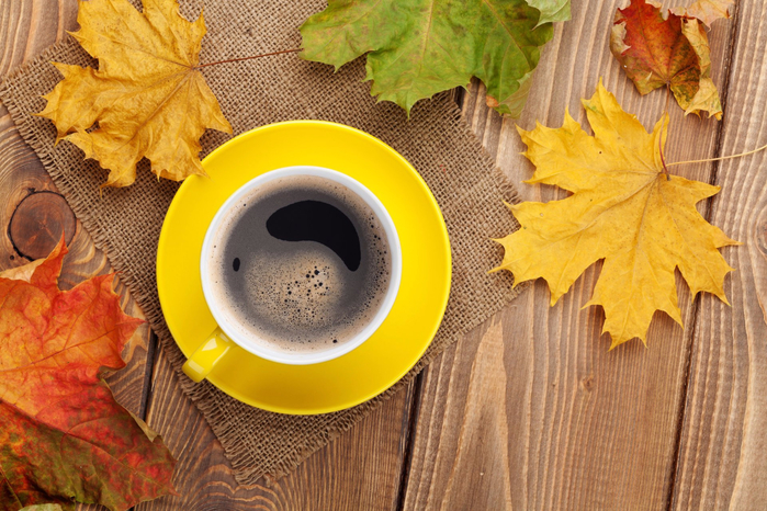 autumn-fall-leaves-maple-cup-coffee-osennie-listya-kln-chashka-kofe-osen (700x466, 469Kb)