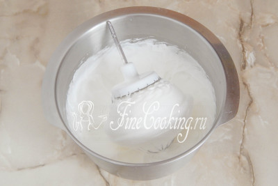 Следом нужно взбить яичные белки с сахаром/5177462_biskvitnyjtortschernoslivomigreckimiorehami56dac7b37bfbe (400x267, 21Kb)