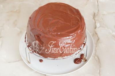 Сразу покрываем наш торт шоколадной глазурью, щедро обмазывая верх и бока/5177462_biskvitnyjtortschernoslivomigreckimiorehami56dac9658a19c (400x267, 28Kb)