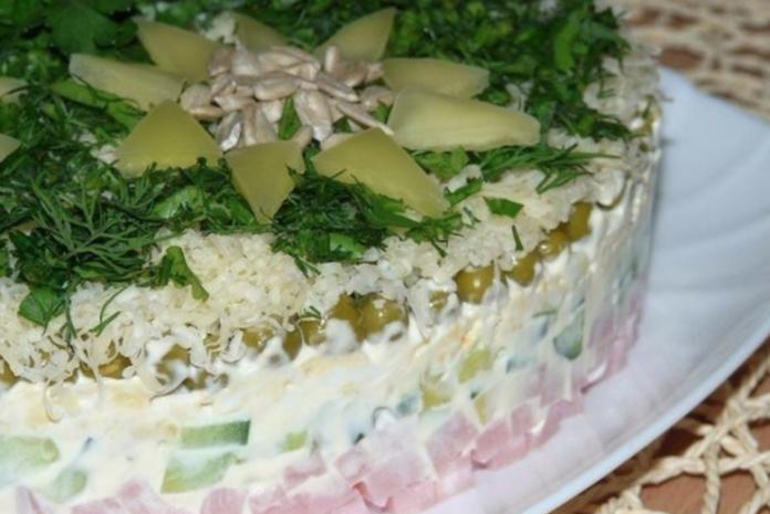 Салат с сочной ветчиной и авокадо