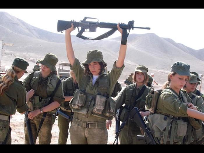 Есть женщины в горных кибуцах   фото израильтянок в военной форме