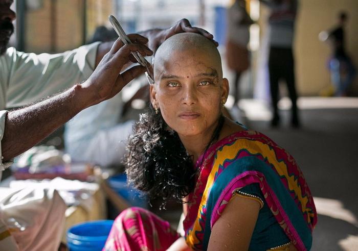 в храмах индии стригут прихожанам волосы 4 (700x492, 282Kb)