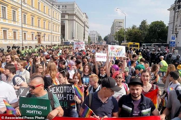 Как в центре Киева проходил гей парад