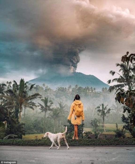 Фотографии туристов в противогазах на фоне проснувшегося вулкана Агунг