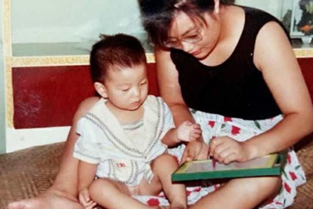 Цзоу Хунъян не смогла отказаться от умственно отсталого сына. Через 29 лет он превратился в прекрасного принца!